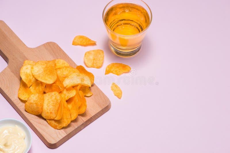 Patatas fritas del queso y de la cebolla con el refresco en fondo rosado imágenes de archivo libres de regalías