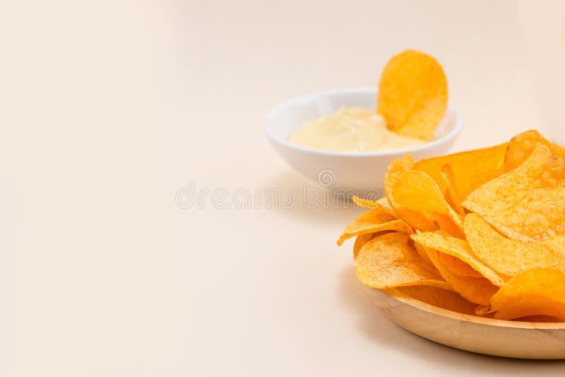 Patatas fritas del queso y de la cebolla con el refresco en la tabla imagen de archivo libre de regalías