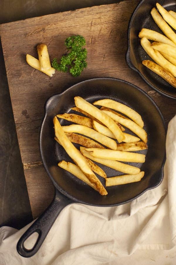 Patatas fritas en cacerola imagenes de archivo