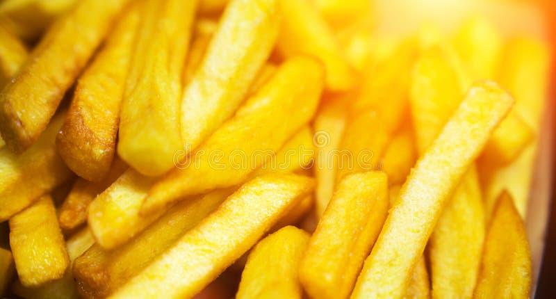 Patatas fritas en el papel de trazo imagen de archivo libre de regalías