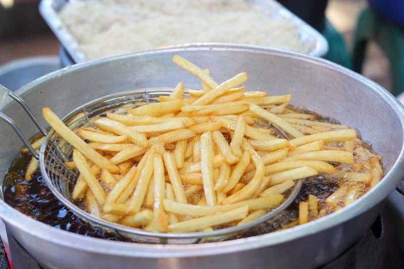 Patatas fritas en la cacerola foto de archivo