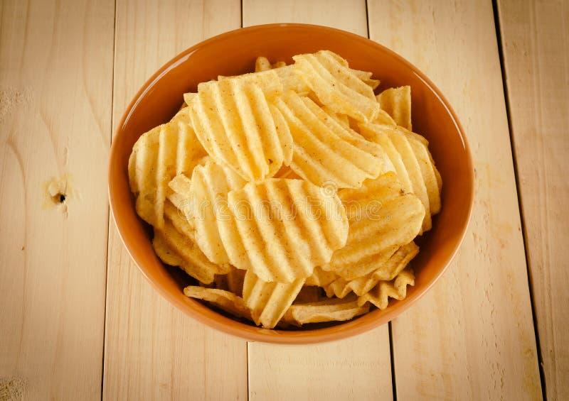 Patatas fritas en la madera foto de archivo