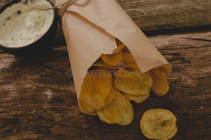 Patatas fritas en la tabla imagenes de archivo