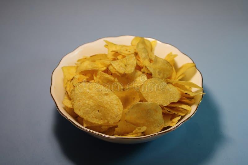Patatas fritas en una placa en un fondo gris imagen de archivo
