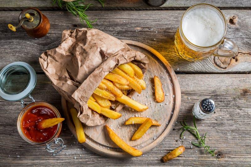 Patatas fritas frescas servidas con la cerveza fotografía de archivo libre de regalías