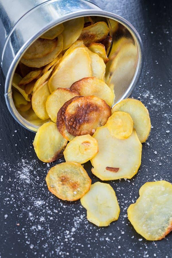 Patatas fritas hechas en casa con la sal del mar en fondo oscuro imagen de archivo libre de regalías