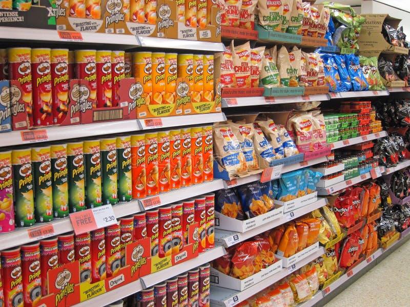 Patatas fritas o patatas a la inglesa en un estante de una tienda. foto de archivo