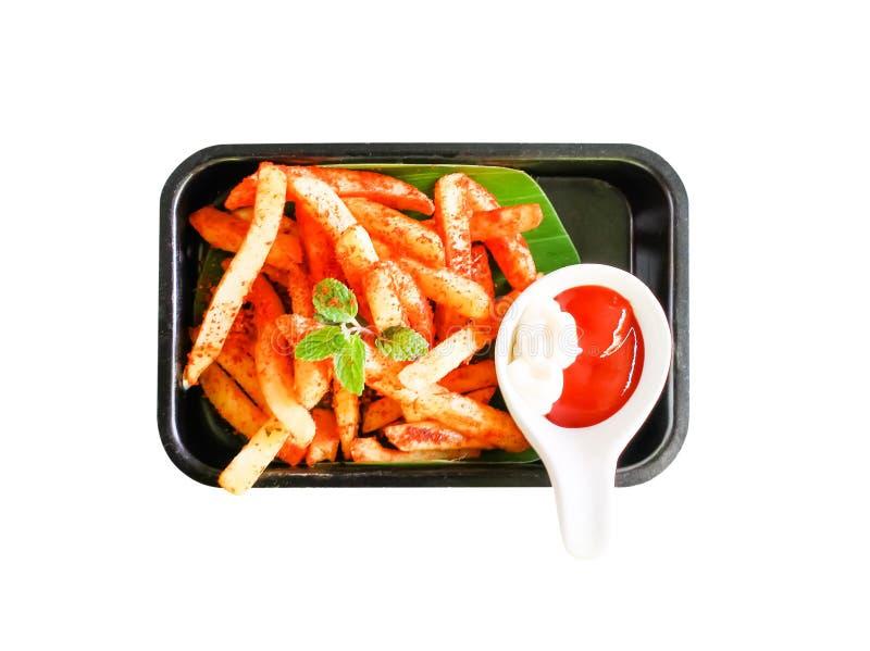 Patatas fritas sabrosas de la visión superior con la salsa de tomate en la placa negra, aislada en el fondo blanco con la trayect foto de archivo libre de regalías