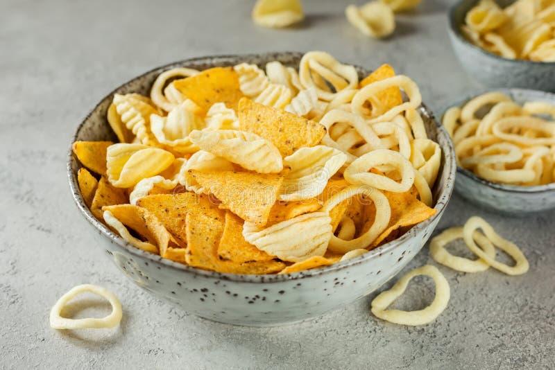 Patatas fritas y anillos de cebolla y nachos curruscantes en cuenco imagen de archivo libre de regalías