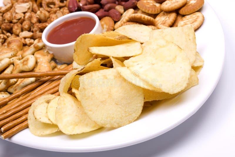 Patatas fritas y bocados salados fotografía de archivo