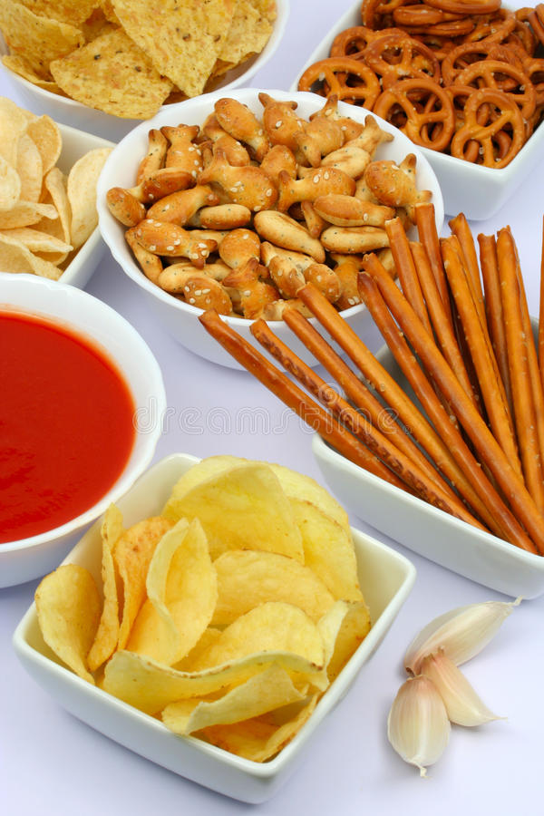 Patatas fritas y otros bocados salados imagenes de archivo