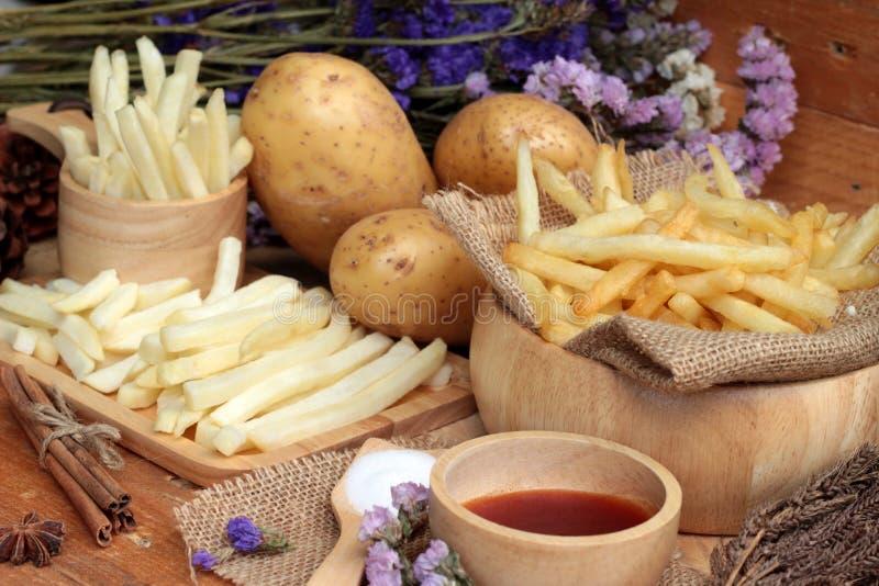 Patatas fritas y patatas cortadas frescas con la salsa de tomate imágenes de archivo libres de regalías