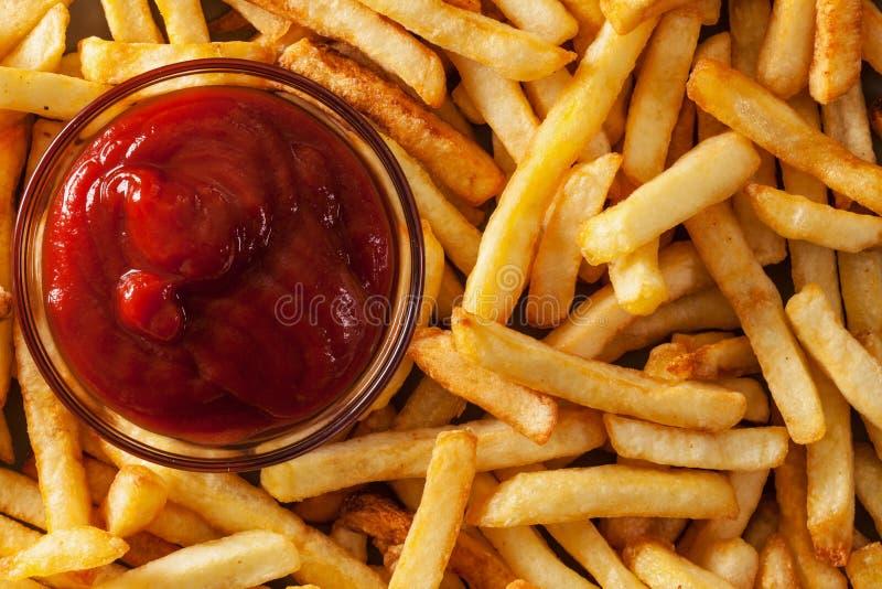 Patatas fritas y salsa de tomate deliciosas - visión superior foto de archivo