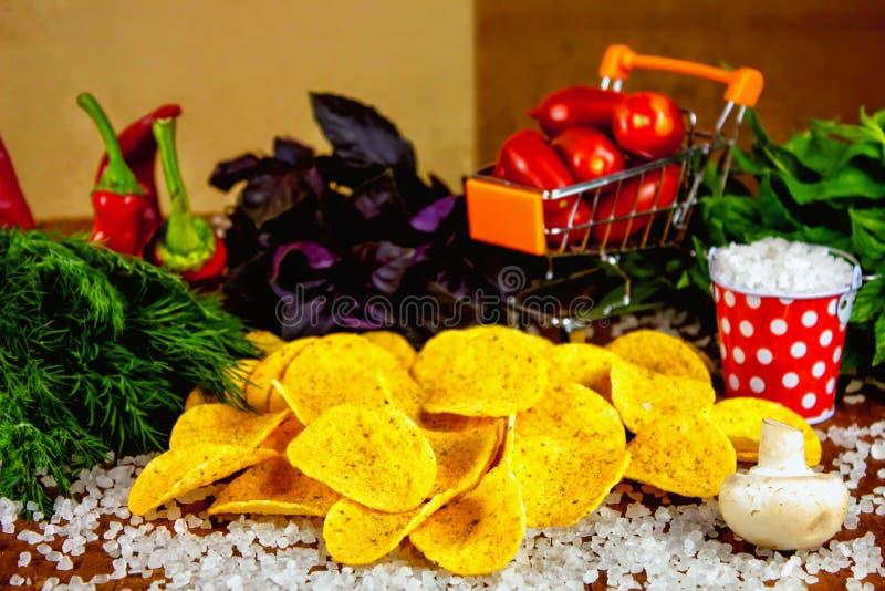 Patatas fritas y un sistema de los ingredientes vegetales naturales para los mares imágenes de archivo libres de regalías