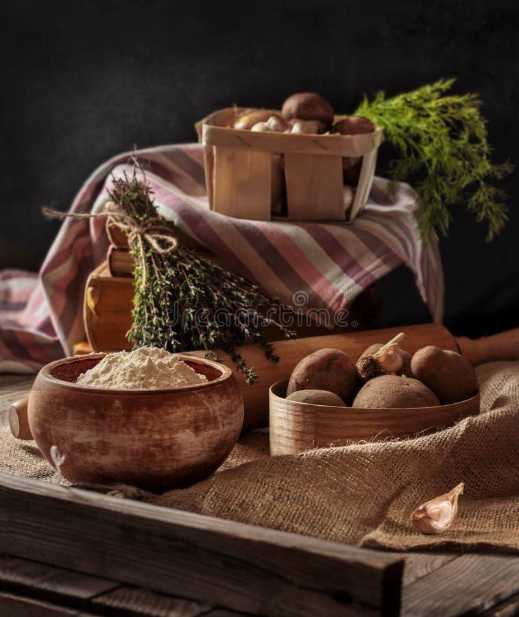 Patatas, setas, carne, cebolla, ajo y eneldo Ingredientes para cocinar Motivo rústico fotografía de archivo