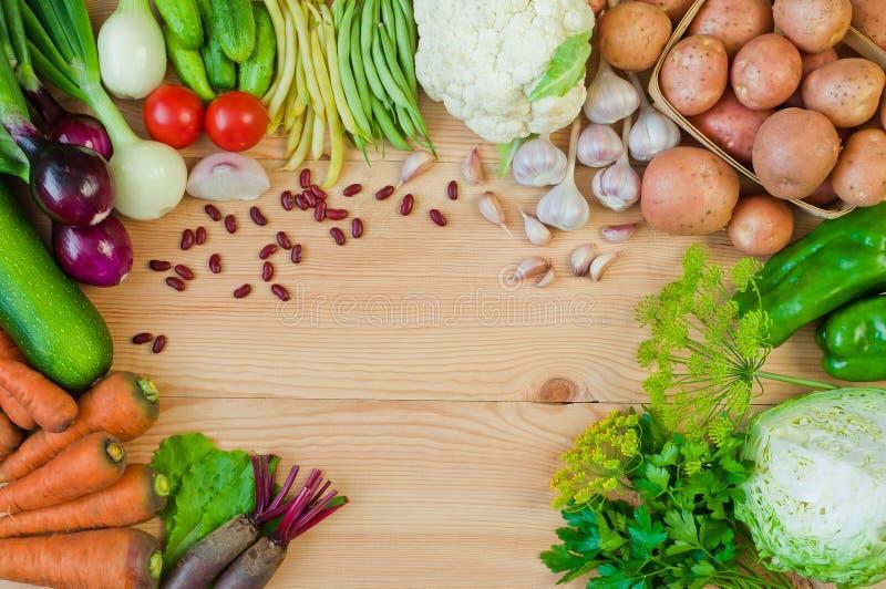 Patatas, zanahorias, cebollas, col y otras verduras en un cortejar foto de archivo libre de regalías