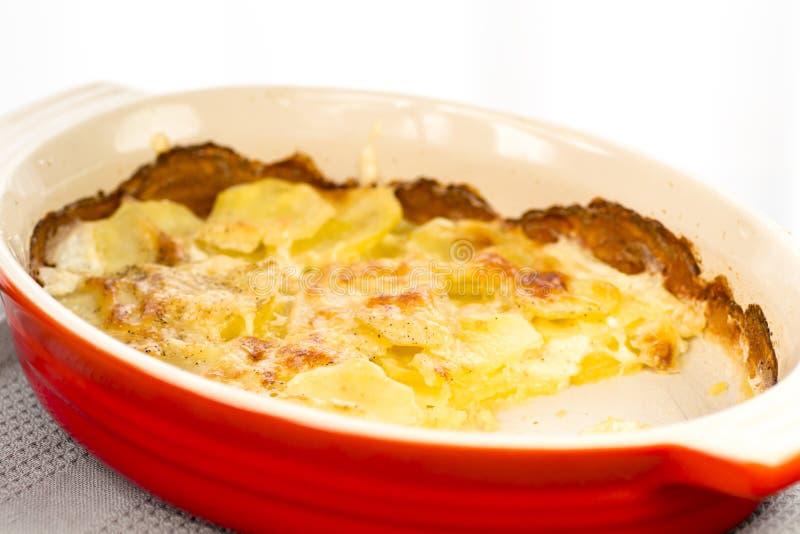 Patate al forno in pentola fotografie stock