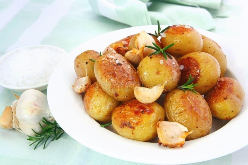 Patate arrostite dell'aglio fotografie stock libere da diritti