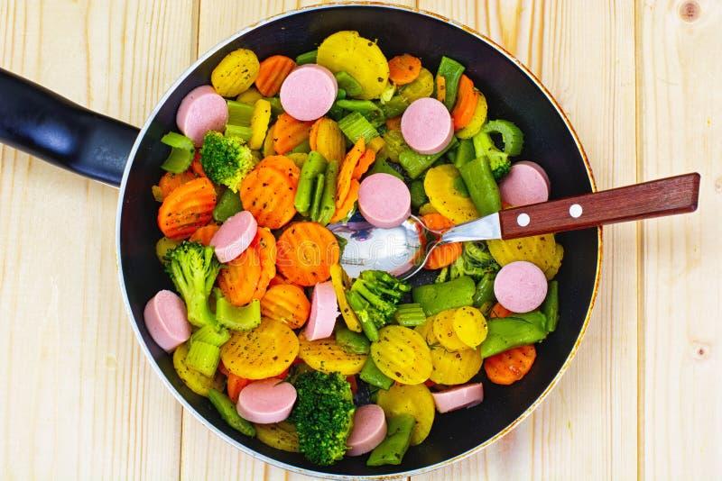 Patate, carote e broccoli cotti a vapore delle verdure con le salsiccie fotografie stock libere da diritti