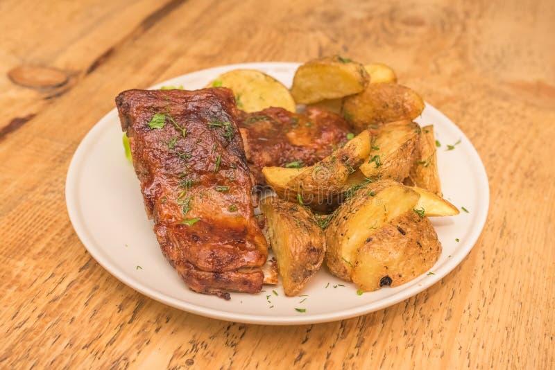 Patate con le costole di carne di maiale immagini stock