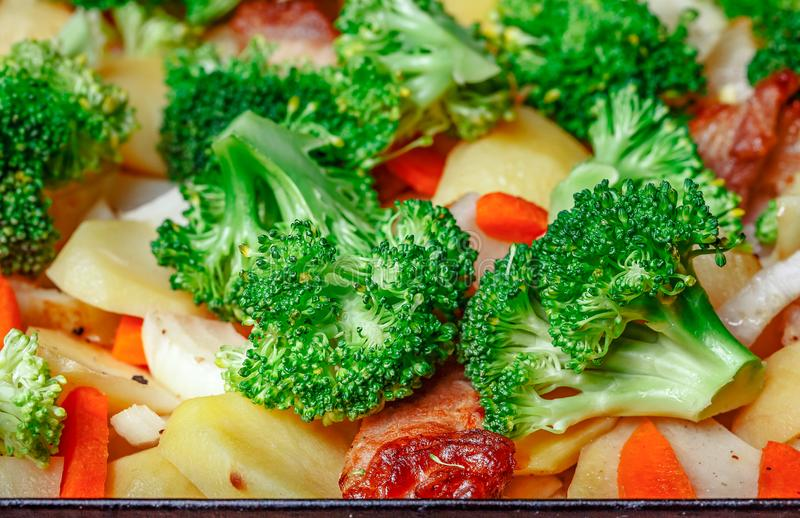 Patate cotte, carote, broccoli, verdi sulla tavola di legno Healt fotografie stock