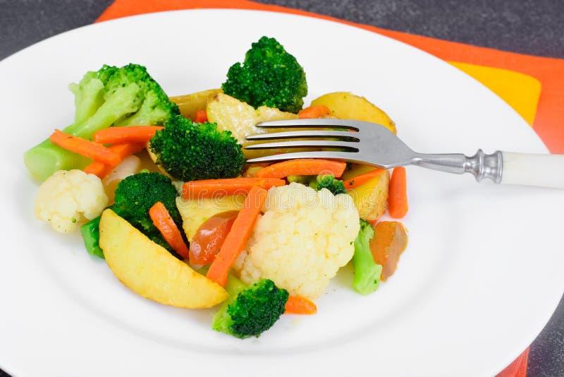 Patate cotte a vapore delle verdure, carote, cavolfiore, broccoli fotografie stock