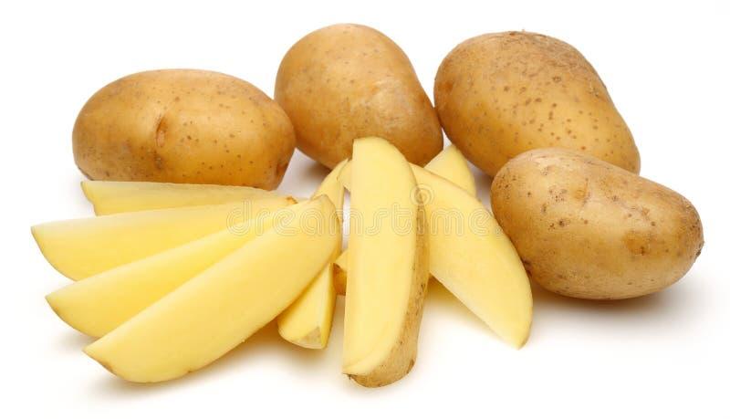 Patate crude e patate affettate immagine stock
