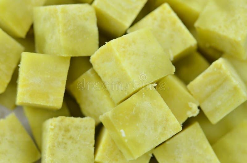 Patate dolci al forno sul piatto su fondo di legno, fine su fotografie stock libere da diritti