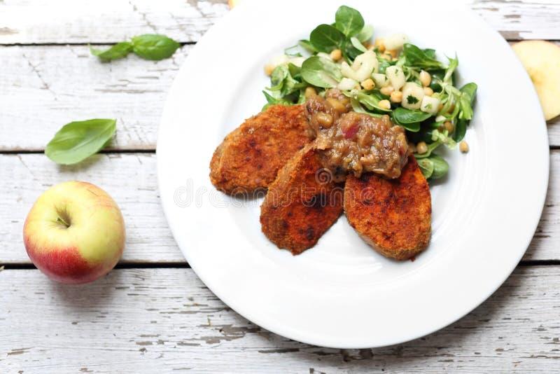 Patate dolci con l'insalata del cece Piatto vegetariano immagine stock libera da diritti