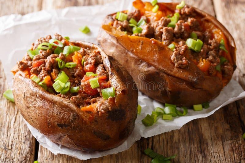 Patate douce cuite au four faite maison bourrée de la viande de boeuf et de l'oni vert images libres de droits