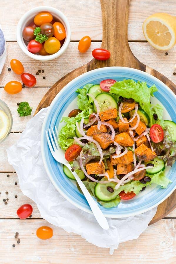 Patate douce rôtie et noir Bean Salad photo libre de droits