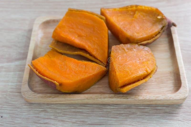 Patate douce sur la table en bois image stock