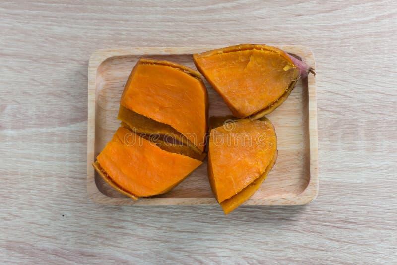 Patate douce sur la table en bois photos stock