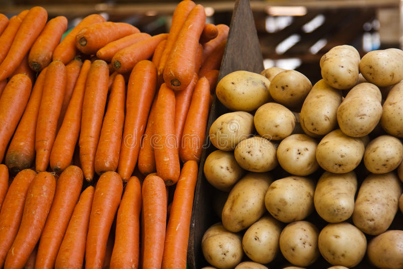 Patate e carote al servizio di Parigi fotografia stock