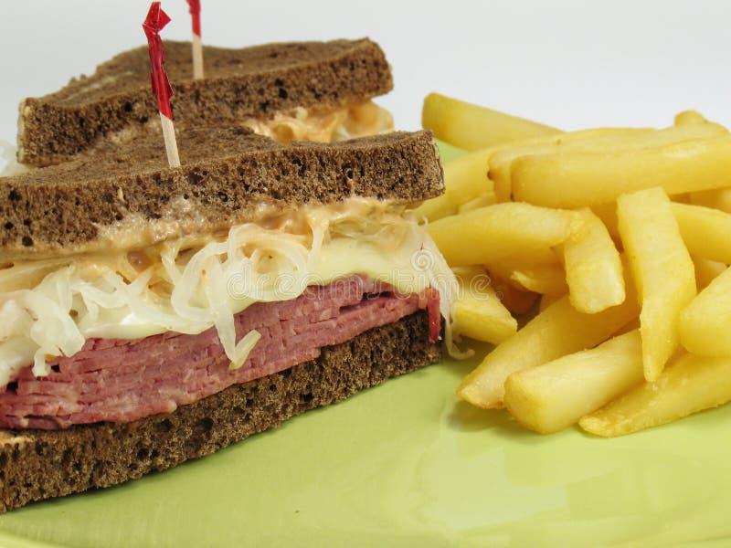 Patate fritte & Reuben immagine stock libera da diritti