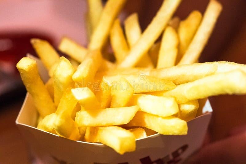 Patate fritte in casella bianca Costo su fotografia stock libera da diritti
