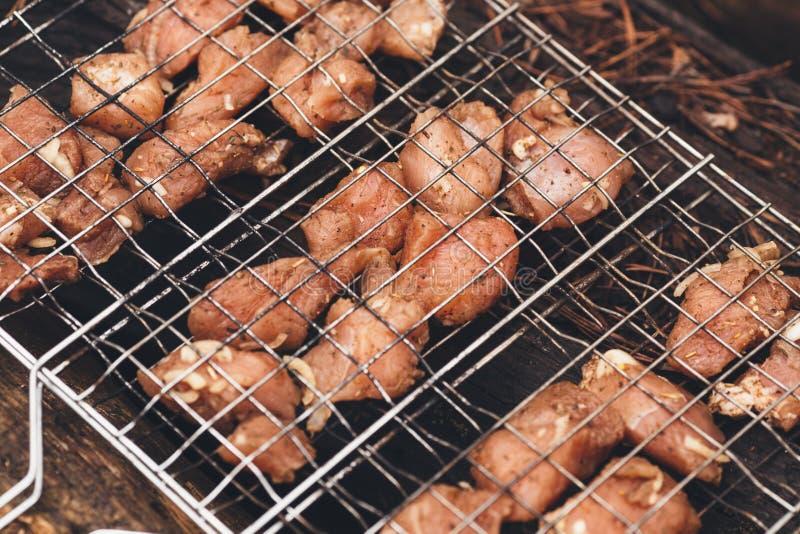 Patate fritte con bacon sugli spiedi Il concetto di cibo del outd immagine stock