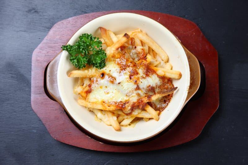 Patate fritte con formaggio fuso fotografia stock