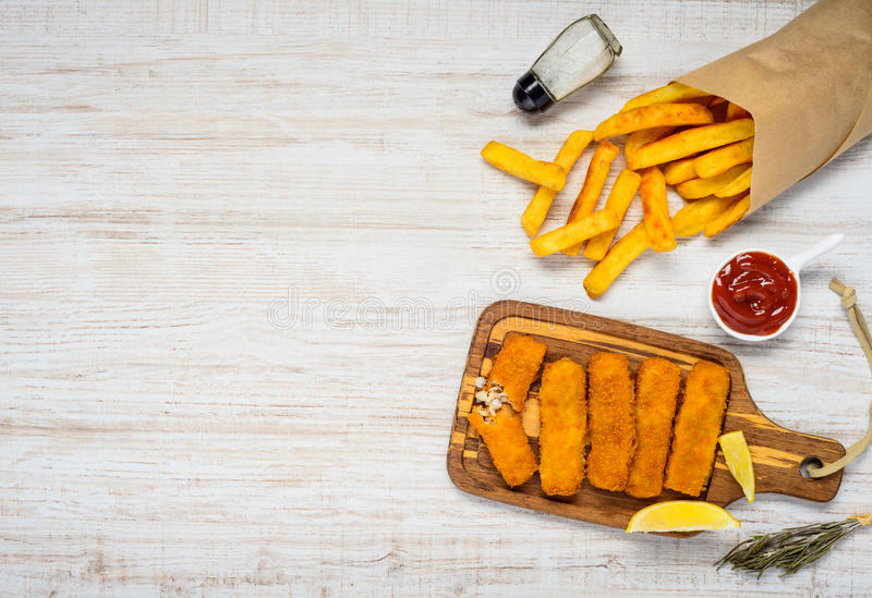 Patate fritte con i bastoncini di pesce sullo spazio della copia fotografia stock