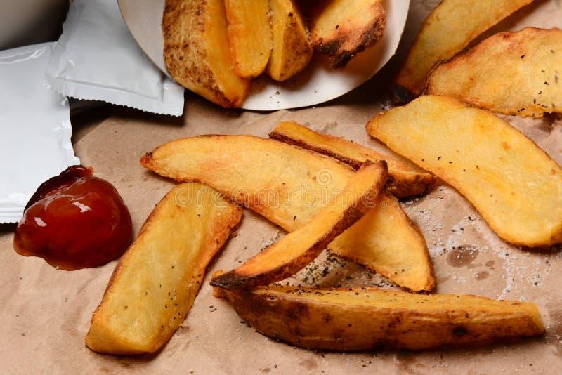 Patate fritte con ketchup sulla borsa di Brown immagini stock