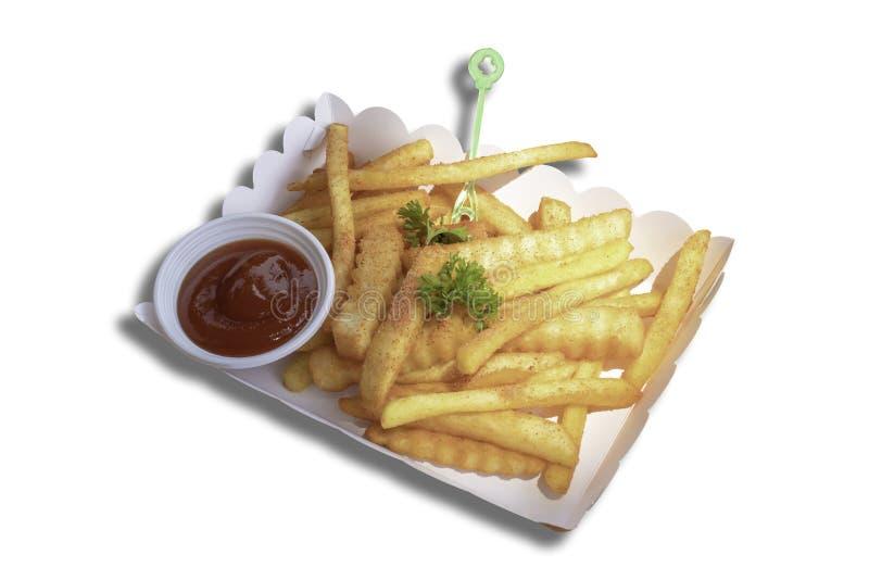 Patate fritte e salsa al pomodoro isolate nella scatola di carta su un fondo bianco con il percorso di ritaglio fotografia stock libera da diritti