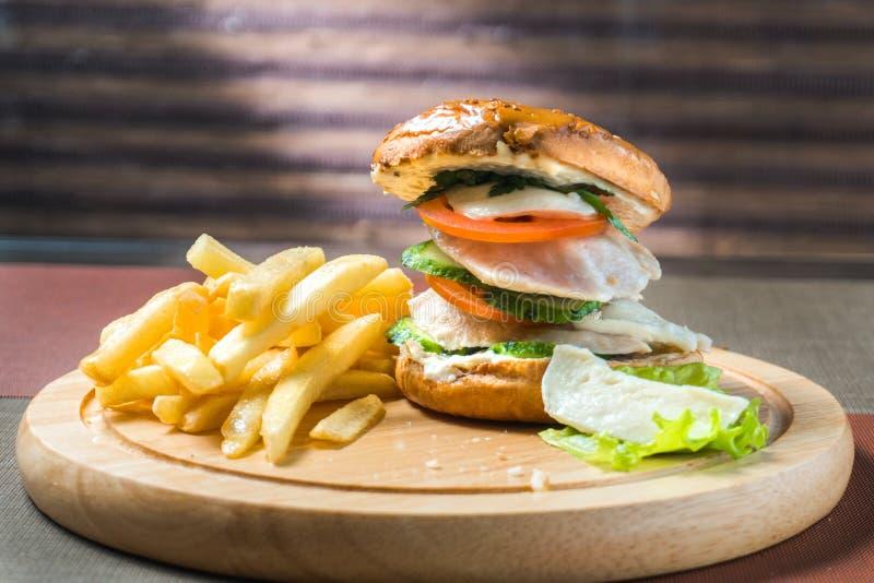 Patate fritte ed hamburger del petto di pollo fotografie stock libere da diritti