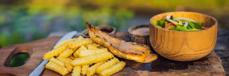 Patate fritte, insalata verde con i funghi prataioli ed INSEGNA dell'alimento di stile di vita del petto di pollo, FORMATO LUNGO fotografia stock libera da diritti
