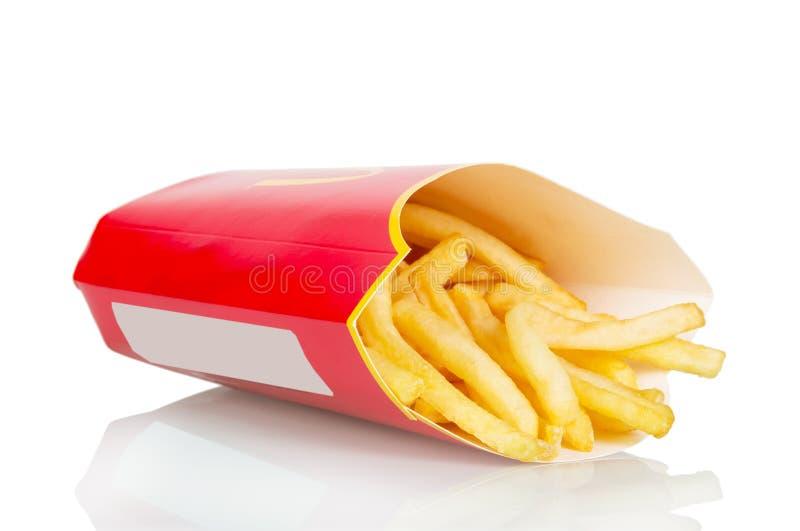 Patate fritte in sacco di carta isolato su bianco fotografia stock libera da diritti
