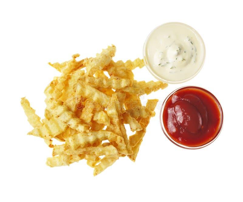 Patate fritte sui precedenti isolati bianco fotografia stock