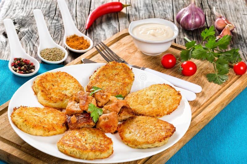 Patate grattugiate/in padella tagliuzzate più croccanti con carne e la cipolla fritte immagini stock libere da diritti