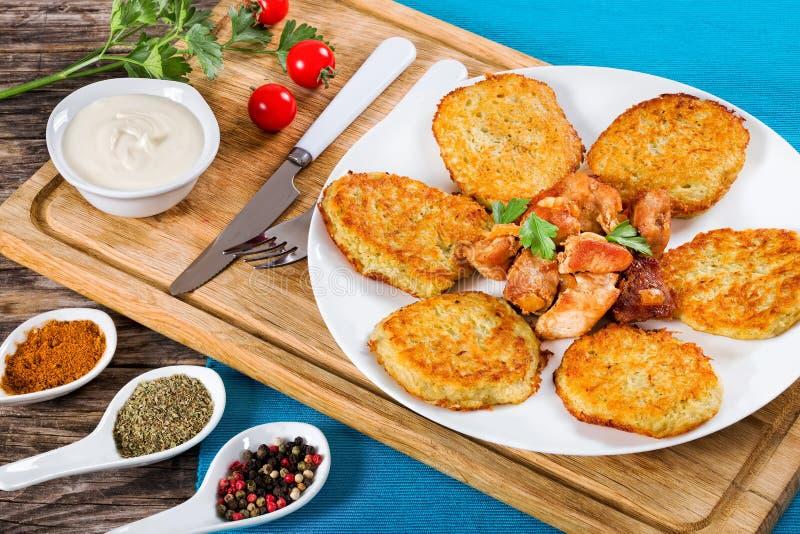 Patate grattugiate/in padella tagliuzzate più croccanti con carne fritta immagini stock libere da diritti