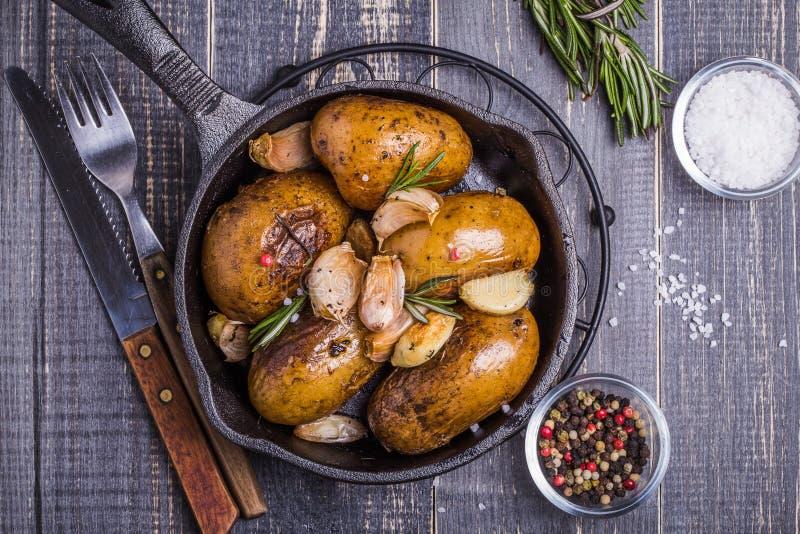Patate rustiche di stile con i rosmarini, aglio immagine stock