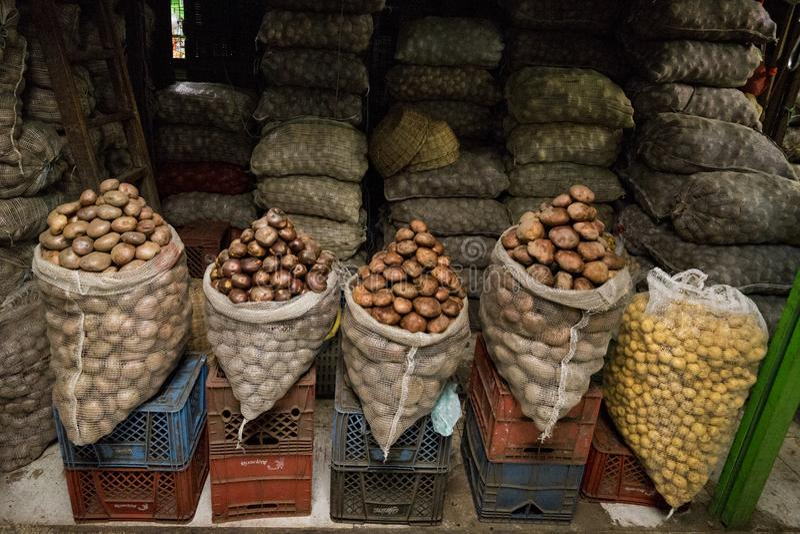 Patate visualizzate al mercato Bogota Colombia di Paloquemao immagini stock libere da diritti