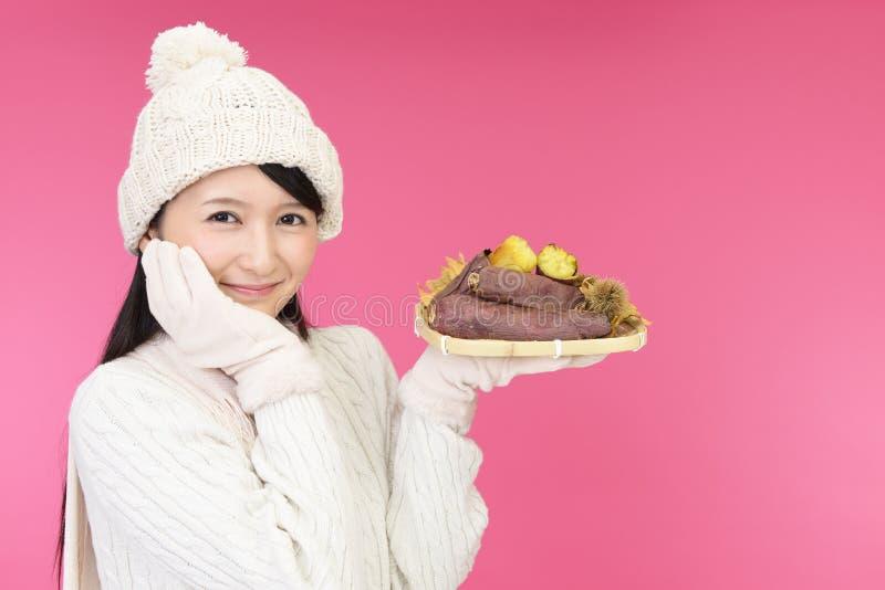 Patates douces cuites au four par participation de femme photos stock